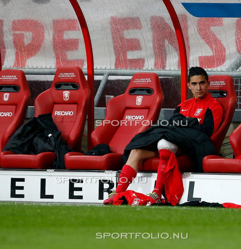 Nederland, Enschede, 26 april  2015<br /> Eredivisie<br /> Seizoen 2014-2015<br /> FC Twente-AZ<br /> Felipe Gutierrez van FC Twente zit met ijs op zijn knie in de dug-out