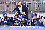 Stehend Mannheims Trainer Pavel Gross vorne v.l. Mannheims Cody Lampl (Nr.32), Mannheims Louis Brune (Nr.50), Mannheims Matthias Plachta (Nr.22) und Mannheims David Wolf (Nr.89)  beim Spiel des MAGENTA SPORT CUP 2020, Adler Mannheim (blau) - EHC Red Bull Muenchen (weiss).<br /> <br /> Foto © PIX-Sportfotos *** Foto ist honorarpflichtig! *** Auf Anfrage in hoeherer Qualitaet/Aufloesung. Belegexemplar erbeten. Veroeffentlichung ausschliesslich fuer journalistisch-publizistische Zwecke. For editorial use only.