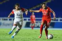 CALI - COLOMBIA, 10-12-2020: Adriana Lopez del América disputa el balón con Ysaura Viso del Santa Fe durante partido por la final ida como parte de la Liga Femenina BetPlay DIMAYOR 2020 entre América de Cali e Independiente Santa Fe jugado en el estadio Pascual Guerrero de la ciudad de Cali. / Adriana Lopez of America struggles the ball with Ysaura Viso of Santa Fe during for the first leg final match as part of Women's BetPlay DIMAYOR League 2020 between America de Cali and Independiente Santa Fe played at Pascual Guerrero stadium in Cali city. Photos: VizzorImage / Nelson Rios / Cont.