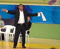 BUCARAMANGA -COLOMBIA, 26-03-2013. José Tapias, entrenador de Piratas, gesticula durante partido de la fecha 20 de la Liga DirecTV de baloncesto profesional colombiano disputado en la ciudad de Bucaramanga./ Jose Tapias, Piratas' coach, gestures during game of the date 20 of the DirecTV League of professional Basketball of Colombia at Bucaramanga city. (Photo:VizzorImage / Jaime Moreno / STR).............