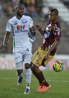 IBAGUÉ -COLOMBIA, 15-09-2013. Danovis Banguero (D) del Tolima disputa el balón con Cesar Mena (I) del Huila durante partido válido por la fecha 9 de la Liga Postobón II 2013 jugado en el estadio Manuel Murillo Toro de la ciudad de Ibagué./ Tolima Player Danovis Banguero (R) fights for the ball with Huila player Cesar Mena (L) during match valid for the 9th date of the Postobon  League II 2013 played at Manuel Murillo Toro stadium in Ibague city. Photo: VizzorImage/STR