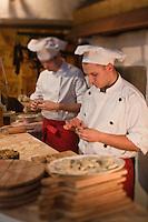 Europe/Voïvodie de Petite-Pologne/Cracovie: Préparation des pierogli au restaurant: Polskie Jaddlo Klasyka Polska  - Les pierogi sont un plat typique de la cuisine polonaise. Leur forme et leur pâte ressemble à une sorte de ravioli.