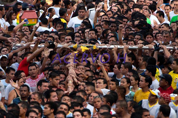 Promesseiro ltentam levantar a corda que puxa a berlinda  em pagamento por uma graça alcançada durante o Círio em homenagem a Nossa Senhora de Nazaré.<br /> 14/10/2012<br /> Belém, Pará, Brasil.<br /> Foto Paulo Santos/Interfoto