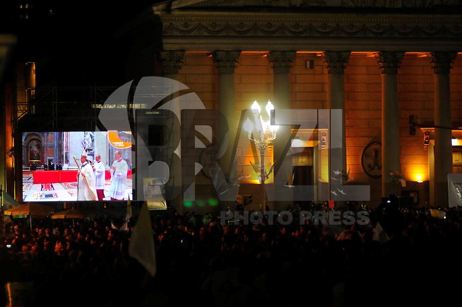 BUENOS AIRES, ARGENTINA, 19 DE MARCO 2013 - MISSA - Milhares fies se reunirao na Catedral de Buenos Aires na capital Argentina para acompanhar a audiência pública realizada na Praça São Pedro, no Vaticano com o Papa Francisco na madrugada desta terça-feira. FOTO: PATRICIO MURPHY- BRAZIL PHOTO PRESS.
