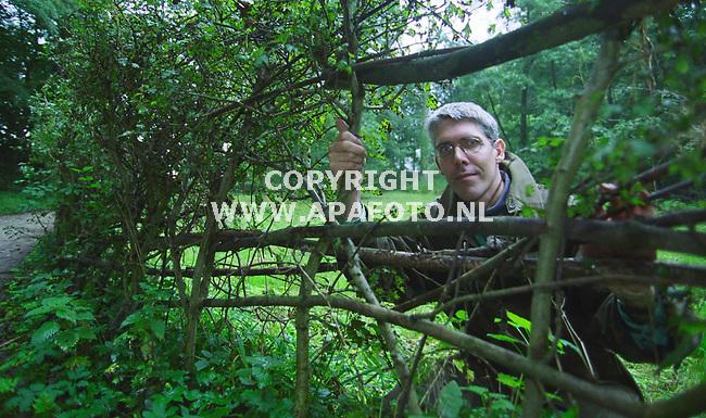 beek/ubbergen 200900 thomas van der slobbe van das en boom bij een gevlochten meidoornhaag op het terein van das en boom.<br />foto frans ypma APA-foto