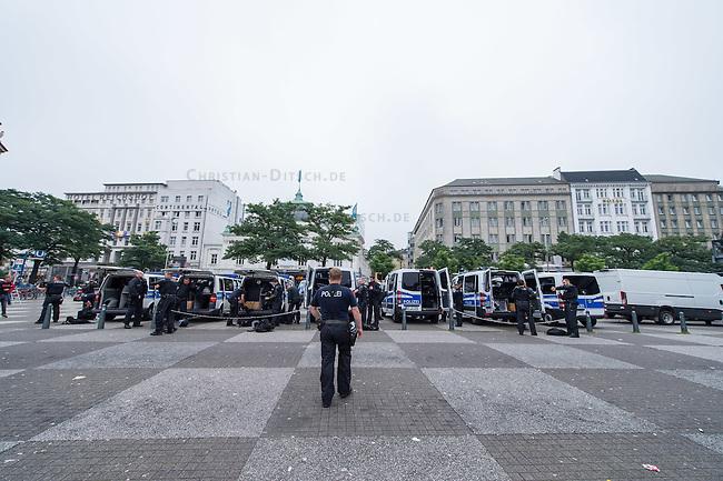 """Proteste gegen Naziaufmarsch """"Tag der Patrioten"""".<br /> Mehere zehntausend Menschen protestirten am Samstag den 12. September 2015 in Hamburg gegen einen von Nazis und Hooligans geplanten Aufmarsch unter dem Motto """"Tag der Patrioten"""". Der Aufmarsch war im Vorfeld gerichtlich untersagt worden, da davon auszugehen sei, dass von ihm Gewalttaten gegen Personen ausgehen wuerden. Die Nazis wichen am Samstag daraufhin nach Bremen aus, wo der Aufmarsch jedoch auch untersagt wurde.<br /> Trotz Verbot versammelten sich an verschiedenen Orten in Hamburg mehrere zehntausend Menschen und protestierten gegen Rassismus und fuer ein Bleiberecht fuer gefluechtete Menschen.<br /> Vor dem Hauptbahnhof kam es zu kleineren Auseinandersetzungen mit der Polizei, die mit 8 Wasserwerfern, Polizeihubschrauber und Beamten aus Bayern, Schleswig-Holstein, Baden-Wuertemberg und Hamburg im Einsatz war.<br /> Als eine Gruppe von ca. 10 bis 15 Nazis und Hooligans im Hauptbahnhof Menschen angriffen, drohte die Lage kurzzeitig zu eskalieren. Die Angreifer mussten aber vor Gegendemonstranten in einen Zug fluechten, wo sie von der Polizei festgesetzt wurden. Der Verkehr durch den Hauptbahnhof war ueber lange Zeit eingestellt, da die Polizei weitere Nazis und Hooligans in ankommenden Zuegen befuerchtete und Auseinandersetzungen verhindern wollte.<br /> Im Bild: Bundespolizisten bereiten sich auf den Einsatz vor.<br /> 12.9.2015, Hamburg<br /> Copyright: Christian-Ditsch.de<br /> [Inhaltsveraendernde Manipulation des Fotos nur nach ausdruecklicher Genehmigung des Fotografen. Vereinbarungen ueber Abtretung von Persoenlichkeitsrechten/Model Release der abgebildeten Person/Personen liegen nicht vor. NO MODEL RELEASE! Nur fuer Redaktionelle Zwecke. Don't publish without copyright Christian-Ditsch.de, Veroeffentlichung nur mit Fotografennennung, sowie gegen Honorar, MwSt. und Beleg. Konto: I N G - D i B a, IBAN DE58500105175400192269, BIC INGDDEFFXXX, Kontakt: post@christian-ditsch.de<br /> Bei der Bearbeitun"""
