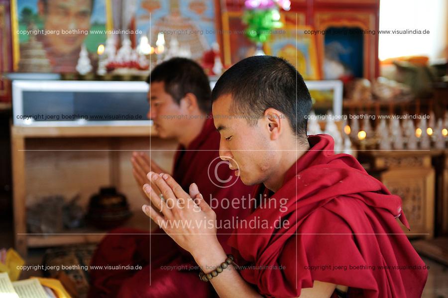 CHINA Yunnan, Lugu Lake , ethnic minority Mosuo who are buddhist, buddhist monk in shrine / CHINA Provinz Yunnan , ethnische Minderheit Mosuo am Lugu See , die Mosuo sind Buddhisten, Moenche in einem Schrein