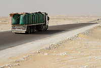 EGYPT, Farafra, Nationalpark White Desert , truck transport potatos from desert farms / AEGYPTEN, Farafra, Nationalpark Weisse Wueste, LKW transportiert Kartoffeln aus Wuestenfarmen nach Kairo