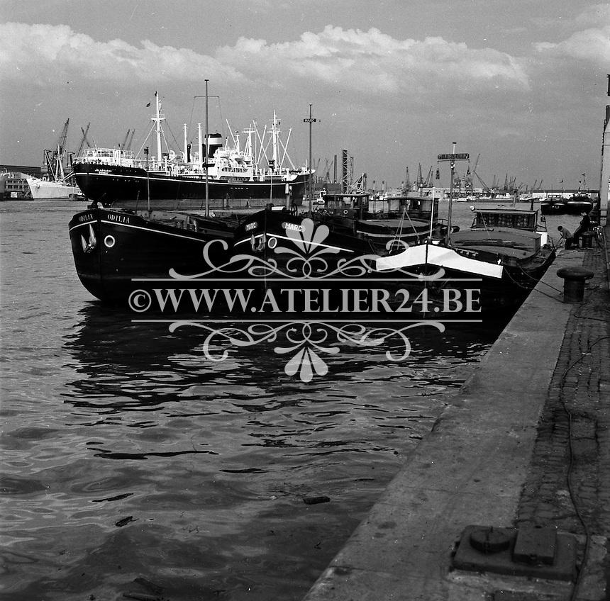 Oktober 1966. Binnenschepen Odilia en Marc.