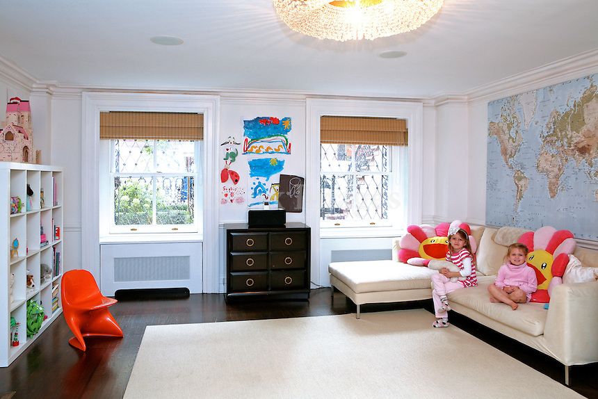 A house with a garden in New York, no matter how small that garden is, is definitely an exception. It appears that Betsy Morgan and Jonathan Kerry managed to find one of these exceptions in this 19th century maisonette - one of the few still left in Manhattan. Following a tasteful renovation, the house's interior looks completely contemporary.