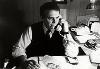 EXCLUSIF -<br />  Claude Poirier a son bureau , CKVL<br />  16 Janvier  1988