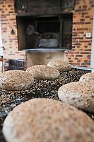 Périgord Pourpre/Molières: Chez Marithé et Yves Martin Paysans-Boulangers - Préparation du pain bio aux céréales