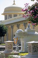 """Asie/Inde/Rajasthan/Udaipur: Hôtel """"Udaivillas"""" - Les éléphants de l'entrée"""