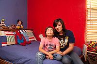 USA Tucson Arizona US-Mexico border Immigrati clandestini integrati Sans papiers mexicains intégrés illegal immigrants already living in US and well integrated in the Community Ritratto di madre e figlio seduti sul letto nella stanza dei giochi