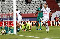 MANIZALES - COLOMBIA -12-04-2015: Juan S Villota (Izq) jugador de La Equidad, anota gol a Jose F Cuadrado (Cent.) portero del Once Caldas, durante partido entre Once Caldas y La Equidad por la fecha 15 por de la Liga Aguila I 2015, jugado en el estadio Palogrande de la ciudad de Manizales.  / Juan S Villota player of La Equidad, scored a goal to Jose F Cuadrado (C) goalkeeper of Once Caldas, during a match for the date 15 betwen Once Caldas and La Equidad for the Liga Aguila I 2015 at the Palogrande stadium in Manizales city. Photo: VizzorImage / Santiago Osorio / Str.