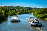 Deutschland, Bayern, Unterfranken, Ochsenfurt: die Binnenschiffe 'Regensburg' und 'Celeste' begegnen sich auf dem Main | Germany; Bavaria; Lower Franconia; Ochsenfurt: river barge 'Regensburg' and 'Celeste' passing on river Main