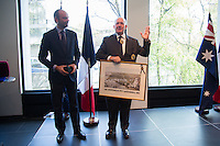 ECHANGE DE CADEAUX ENTRE MR. EDOUARD PHILIPPE, DEPUTE-MAIRE DU HAVRE ET ET S.E LE G…N…RAL SIR PETER COSGROVE, GOUVERNEUR GENERAL DíAUSTRALIE - VERNISSAGE DE LíEXPOSITION 'LíåIL ET LA MAIN' A L'AMBASSADE D'AUSTRALIE