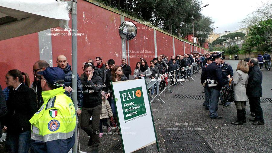 - NAPOLI 23 MAR  2014 - Lunga fila per visitare  villa Rosebery,  la residenza napoletana del Presidente della Repubblica Italiana che anche quest'anno  partecipa  alle giornate Fai
