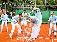 05-06-11, Tennis, Den Haag, Playoffs Eredevisie05-06-11, Tennis, Den Haag, Play-offs  Eredivisie, Het team van Leimomias viert feest na het behalen van de landstitel, Thomas Schoorel kiept een fles champagne over het hoofd van coach Tim Rompa