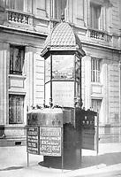 Toilettes publiques (vespasiennes) a Paris avec de la publicite (chocolat Meunier, les caves Leguerrier, cafe des gourmets) vers 1910 --- Toilets in a street in paris c. 1900