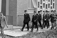Palais de Justice. 4 octobre 1971. Vue d'ensemble de l'arrivée des accusés : vue de 3/4 face de René Vignal menotté à un policier ; derrière d'autres accusés suivent. Cliché pris lors du procès de René Vignal (ancien footballeur), accusé d'une série de braquages perpétués à Toulouse et dans la région bordelaise entre 1969 et 1970. Observation: Au côté de René Vignal, comparaissaient également MM. Francis Bataille, Roger Claverie, Roger Martin, Marcel Filiol, Jean-Pierre Arrou, Guy Martin, René Doncel et Jean-Louis Parrenin.