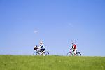 Europa, DEU, Deutschland, Nordrhein Westfalen, NRW, Rheinland, Niederrhein, Krefeld, Rheindeich, Radfahrer, Fahrradfahrer, Senioren, Himmel, Wolkenlos, Kategorien und Themen, Freizeit, Freizeitaktivitaet, Freizeitaktivitaeten, Tourismus, Touristik, Touristisch, Touristisches, Urlaub, Reisen, Reisen, Ferien, Urlaubsreise, Freizeit, Reise, Reiseziele, Ferienziele......[Fuer die Nutzung gelten die jeweils gueltigen Allgemeinen Liefer-und Geschaeftsbedingungen. Nutzung nur gegen Verwendungsmeldung und Nachweis. Download der AGB unter http://www.image-box.com oder werden auf Anfrage zugesendet. Freigabe ist vorher erforderlich. Jede Nutzung des Fotos ist honorarpflichtig gemaess derzeit gueltiger MFM Liste - Kontakt, Uwe Schmid-Fotografie, Duisburg, Tel. (+49).2065.677997, ..archiv@image-box.com, www.image-box.com]