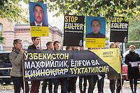 In Berlin protestierten am Dienstag den 21. Oktober 2014 Aktivisten von Amnesty International vor der usbekischen Botschaft gegen Folter in Usbekistan. In Usbekistan ist Folter weit verbreitet. Gefangene werden nach Aussage von Amnesty oft schon bei der Festnahme misshandelt, in der Haft werden sie mit Plastiktueten ueber dem Kopf, mit Nadeln unter den Fingernaegeln oder Elektroschocks gequaelt und zu Gestaendnissen erpresst.<br /> Die Menschenrechtsaktivisten waren symbolisch mit den Haenden auf dem Ruecken gefesselt und hatten Plastiktueten ueber ihren Koepfen. Die Generalsekretaerin von Amnesty Deutschland, Selmin Caliskan wollte  ueber 37.000 Unterschriften gegen Folter uebergeben, der Botschafter verweigerte jedoch einen Termin. Aehnliche Aktionen fanden zeitgleich unter anderem in London, Madrid, Bruessel, Paris und Wien statt.<br /> 21.10.2014, Berlin<br /> Copyright: Christian-Ditsch.de<br /> [Inhaltsveraendernde Manipulation des Fotos nur nach ausdruecklicher Genehmigung des Fotografen.<br /> Vereinbarungen ueber Abtretung von Persoenlichkeitsrechten/Model Release der abgebildeten Person/Personen liegen nicht vor. NO MODEL RELEASE! Don't publish without copyright Christian-Ditsch.de, Veroeffentlichung nur mit Fotografennennung, sowie gegen Honorar, MwSt. und Beleg. Konto: I N G - D i B a, IBAN DE58500105175400192269, BIC INGDDEFFXXX, Kontakt: post@christian-ditsch.de<br /> Urhebervermerk wird gemaess Paragraph 13 UHG verlangt.]