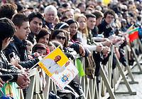 Fedeli in Piazza San Pietro in occasione della Messa di Pasqua celebrata da Papa Francesco, Citta' del Vaticano, 31 marzo 2013..Faithful crowd in St. Peter's square in occasion of the Easter Mass celebrated by Pope Francis, Vatican, 31 March 2013..UPDATE IMAGES PRESS/Riccardo De Luca..STRICTLY ONLY FOR EDITORIAL USE