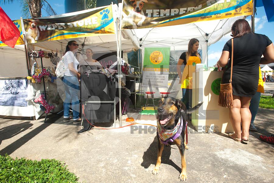 SÃO PAULO,SP, 20.02.2016 - FEIRA-PET - Movimentação de visitantes na Feira Pet, com produtos para cães e gatos e também adoção de animais, realizada no pátio do Memorial da América Latina, na região da Barra Funda, nesse sábado (20). (Foto: Gabriel Soares/Brazil Photo Press)