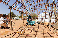 BURKINA FASO Djibo , malische Fluechtlinge, vorwiegend Tuaregs, im Fluechtlingslager Mentao des UN Hilfswerks UNHCR, sie sind vor dem Krieg und islamistischem Terror aus ihrer Heimat in Nordmali geflohen, Frau von ABOU SAMED beim Aufbau einer Notunterkunft / .BURKINA FASO Djibo, malian refugees, mostly Touaregs, in refugee camp Mentao of UNHCR, they fled due to war and islamist terror in Northern Mali  , WEITERE MOTIVE ZU DIESEM THEMA SIND VORHANDEN!! MORE PICTURES ON THIS SUBJECT AVAILABLE!!