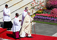 Papa Francesco celebra la messa di Pasqua in Piazza San Pietro, Citta' del Vaticano, 20 aprile 2014.<br /> Pope Francis celebrates the Easter Mass in St. Peter's Square, Vatican, 20 April 2014.<br /> UPDATE IMAGES PRESS/Isabella Bonotto<br /> <br /> STRICTLY ONLY FOR EDITORIAL USE