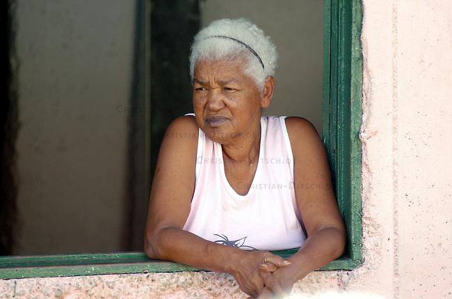 Stadtansicht von Caracas<br /> Frau in einem Armenviertel in Caracas.<br /> 7.11.2004, Caracas / Venezuela<br /> Copyright: Christian-Ditsch.de<br /> [Inhaltsveraendernde Manipulation des Fotos nur nach ausdruecklicher Genehmigung des Fotografen. Vereinbarungen ueber Abtretung von Persoenlichkeitsrechten/Model Release der abgebildeten Person/Personen liegen nicht vor. NO MODEL RELEASE! Nur fuer Redaktionelle Zwecke. Don't publish without copyright Christian-Ditsch.de, Veroeffentlichung nur mit Fotografennennung, sowie gegen Honorar, MwSt. und Beleg. Konto: I N G - D i B a, IBAN DE58500105175400192269, BIC INGDDEFFXXX, Kontakt: post@christian-ditsch.de<br /> Bei der Bearbeitung der Dateiinformationen darf die Urheberkennzeichnung in den EXIF- und  IPTC-Daten nicht entfernt werden, diese sind in digitalen Medien nach §95c UrhG rechtlich geschuetzt. Der Urhebervermerk wird gemaess §13 UrhG verlangt.]
