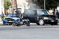 Actor Tom Cruise jumps on a police car while acting on the set of the film Mission Impossible 7 at Imperial Fora in Rome. <br /> Rome (Italy), October 12th 2020<br /> Photo Samantha Zucchi Insidefoto