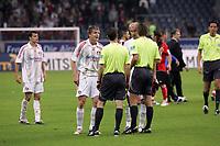 Vratislav Gresko (Bayer Leverkusen) regt sich nach dem Schlusspfiff noch immer über den Freistoß zum 2:1 auf