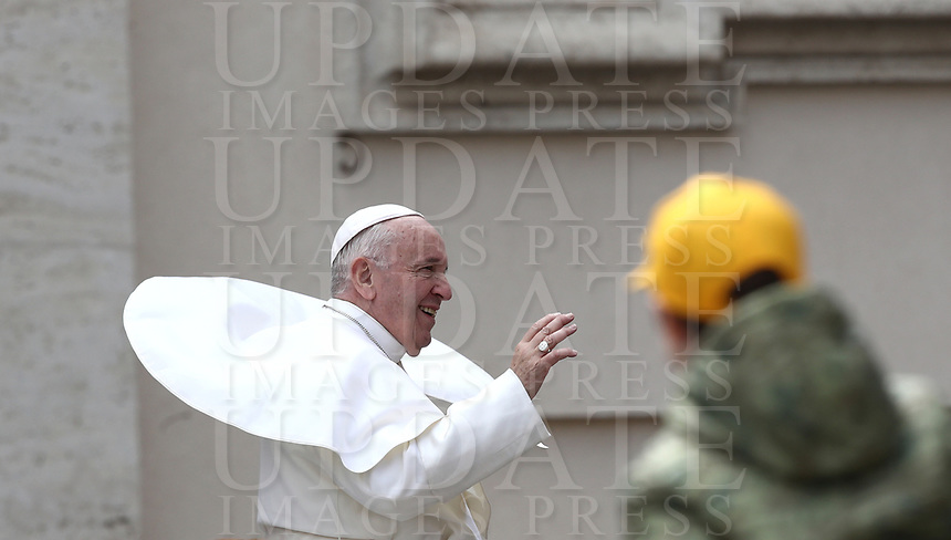 Papa Francesco saluta i fedeli al termined ell'udienza generale del mercoledi' in Piazza San Pietro, Citta' del Vaticano, 20 marzo 2019.<br /> Pope Francis waves to faithful as he leaves at the end of his weekly general audience in St. Peter's Square at the Vatican on March 20, 2019.<br /> UPDATE IMAGES PRESS/Isabella Bonotto<br /> <br /> STRICTLY ONLY FOR EDITORIAL USE