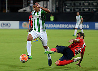 MEDELLIN- COLOMBIA - 24-11-2016: MacNelly Torres (Izq.) jugador de Atletico Nacional de Colombia de disputa el balon con Raul Caceres (Der.) jugador de Cerro Porteño de Paraguay, durante partido de vuelta entre Atletico Nacional de Colombia y Cerro Porteño de Paraguay por las semifinales de la Copa Suramericana en el estadio Atanasio Girardot de la ciudad de Medellin.  / MacNelly Torres (L) player of Atletico Nacional de Colombia vies for the ball with Raul Caceres (R) player of Cerro Porteño of Paraguay during a match between Atletico Nacional of Colombia and Cerro Porteño of Paraguay for the second leg of the semifinals of the South American Cup at the Atanasio Girardot stadium in the city of Medellin. Photo: VizzorImage / Leon Monsalve / Cont.