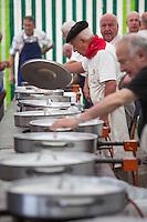France, Pyrénées-Atlantiques (64), Pays-Basque, Saint-Jean-de-Luz: Lors des Fêtes de la mer - Concours de Ttoro, plat traditionnel des pêcheurs, à base de poissons: lotte, merlu, congre, par l'amicale des anciens marins // France, Pyrenees Atlantiques, Basque Country, Saint Jean de Luz:  During the Sea Festival, Ttoro contest, traditional dish of the fishermen, with fish: monkfish, hake, conger, by the friendly ancient fishermen