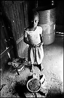 Mozambico, Africa, Maputo, bambina in cucina