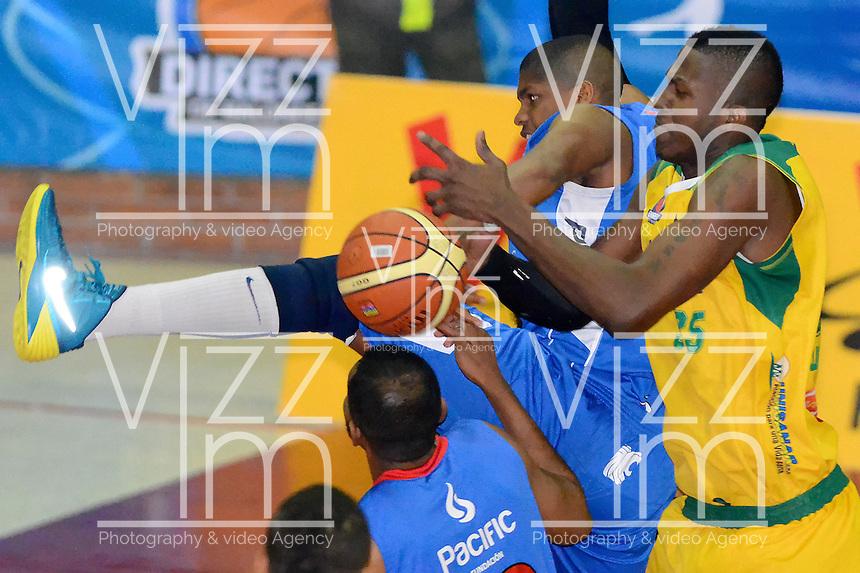 BOGOTÁ -COLOMBIA. 07-06-2014. Stalin Ortiz (Izq) de Guerreros de Bogotá disputa el balón con Brandon Sperling (Der) de Cimarrones del Chocó durante el cuarto partido por los playoffs finales de la  Liga DirecTV de Baloncesto 2014-I de Colombia realizado en el coliseo El Salitre de Bogotá./ Stalin Ortiz (L) of Guerreros de Bogotá fights for the ball with Brandon Sperling (R) of Cimarrones del Choco during the 4th game for the playoffs finals of the DirecTV Basketball League 2014-I in Colombia played at El Salitre coliseum in Bogota. Photo: VizzorImage/ Gabriel Aponte / Staff