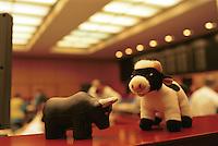 GERMANY, Frankfurt, stock exchange, financial trading, bull and bear puppets / DEUTSCHLAND, Frankfurt, Börse, Handel von Aktien und Wertpapieren, Bulle und Bär Plüschtiere