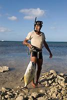 Cuba, Tsucher mit Fisch in  Ancon bei Trinidad, Provinz Sancti Spiritus