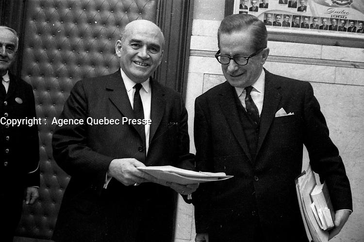 Paul Dozois: ministre des Finances, ministre des Institutions financières et Daniel Johnson.<br /> Entre le 25 et le 31 mars 1968<br /> <br /> Photo : Photo Moderne - AQP