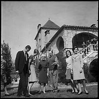 Château du Cayrou (Lot). 12-16 Octobre 1966. Vue de la princesse du Danemark et des proches dans la propriété du château du Cayrou.