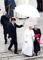Papa Francesco al termine della messa per le Confraternite in Piazza San Pietro, Citta' del Vaticano, 5 maggio 2013..Pope Francis leaves at the end of a mass for Confraternities in St. Peter's square at the Vatican, 5 May, 2013..UPDATE IMAGES PRESS/Riccardo De Luca..STRICTLY ONLY FOR EDITORIAL USE