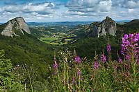 Europe/France/Auverne/63/Puy-de-Dôme/Parc Naturel Régional des Volcans/ Env d'Orcival: Les roches Tuilière (à gauche) et  Sanadoire : Il s'agit de deux protrusions volcaniques séparées par une vallée glaciaire