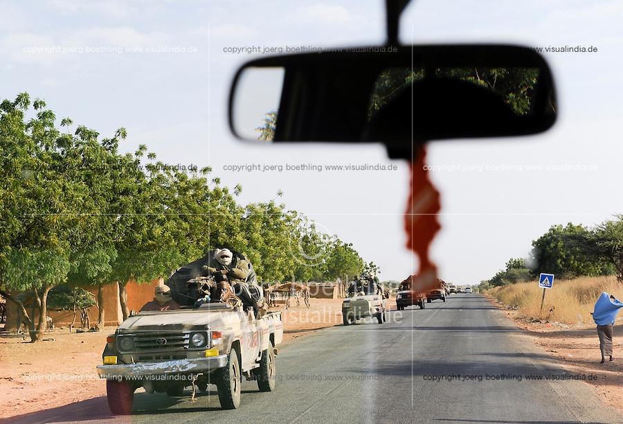 NIGER, 2000 soldier from Chad with armed Toyota pickup on the way to Mali, they are part of ECOWAS mission in the Mali war against islamist terror groups to support french troops / NIGER, 2000 Soldaten mit mobilen Toyota Pickups der Interventionstruppe aus dem Tschad auf Durchreise auf der Strasse von Maradi nach Niamey nach Nordmali als Verstaerkung des ECOWAS Kontingent im Kampf gegen Islamisten