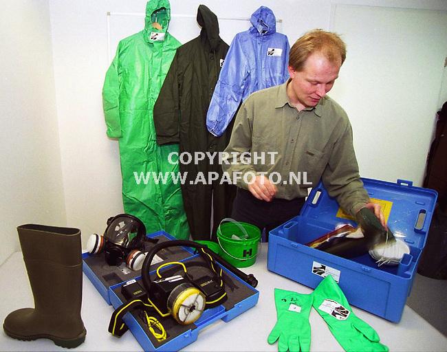 wageningen,080200  Foto:koos groenewold (APA)<br /><br />TS1  7  oogst  gezondheid tuinders  apa/koos groenewold <br /><br />Johan Edens bij de blauwe kisten die worden gebruikt bij de voorlichting aan tuinders.