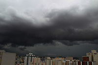 SAO PAULO, SP, 10-12-2014, NUVENS CARREGADAS SAO PAULO. Nuvens carregadas sobre São Paulo, na tarde dessa quarta-feira (10), fotos feitas apartir de prédio na região da Mooca.         Luiz Guarnieri/ Brazil Photo Press.