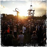 """Fusion-Festival 2014 auf dem Gelaende des Kulturkosmos e.V. in Laerz/Mecklenburg-Vorpommern.<br /> Bis zu 65.000 Menschen kommen jaehrlich fuer 5-6 Tage  zur """"Fusion"""" nach Laerz.<br /> Das linke Festival, was von den Besuchern und Machern scherzhaft auch als """"Ferienkommunismus"""" bezeichnet wird, ist eine Mischung aus Techno-Dancefloors, Theater und Live-Auftritten von politischen Bands.<br /> Die Karten fuer dieses Festival sind nur ueber die Fusion-Internetseite per Losverfahren zu kaufen. Nur ca. jede dritte bis vierte Anmeldung fuer eine Karte hat Erfolg.<br /> Im Bild: Festivalbesucher auf dem Dance Floor der sog. Turmbuehne.<br /> 26.6.2014, Laerz<br /> Copyright: Christian-Ditsch.de<br /> [Inhaltsveraendernde Manipulation des Fotos nur nach ausdruecklicher Genehmigung des Fotografen. Vereinbarungen ueber Abtretung von Persoenlichkeitsrechten/Model Release der abgebildeten Person/Personen liegen nicht vor. NO MODEL RELEASE! Don't publish without copyright Christian-Ditsch.de, Veroeffentlichung nur mit Fotografennennung, sowie gegen Honorar, MwSt. und Beleg. Konto: I N G - D i B a, IBAN DE58500105175400192269, BIC INGDDEFFXXX, Kontakt: post@christian-ditsch.de<br /> Urhebervermerk wird gemaess Paragraph 13 UHG verlangt.]"""
