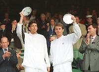 Sandon Stolle en Paul Haarhuis verliezend finalisten in de dubbel met hun troffe